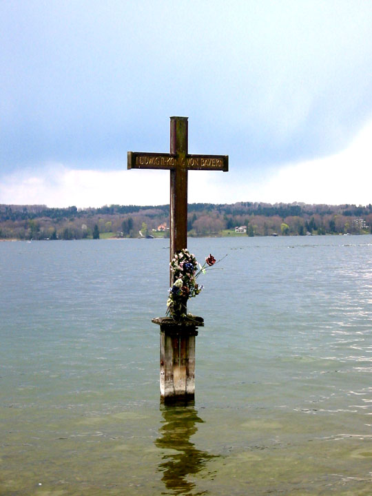 выходящий из воды крест, напоминающий о месте трагической кончины Людвига II в 1886г.